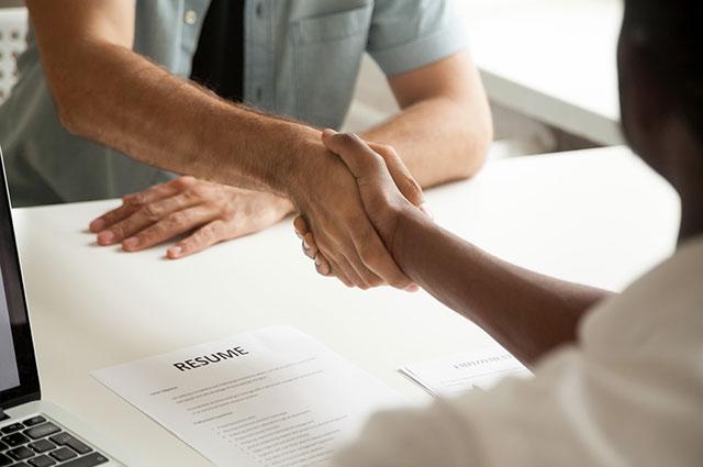 Handschlag beim Bewerbungsgespräch Hausleitner & Schweitzer